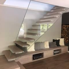 Schwebende Treppe mit Glasgeländer und Stufen aus Holz, Siller Treppen von Siller Treppen/Stairs/Scale Modern Glas