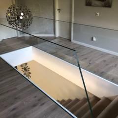 Schwebende Treppe mit Glasgeländer und Stufen aus Holz, Siller Treppen:  Treppe von Siller Treppen/Stairs/Scale