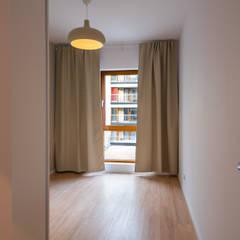 Skromne kąty: styl , w kategorii Salon zaprojektowany przez Perfect Space