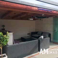 Porche acristalado con cortinas de cristal en Madrid: Terrazas de estilo  de Acristalamientos Madrid