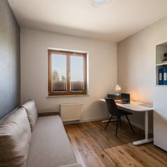 Surowe wnętrza: styl , w kategorii Domowe biuro i gabinet zaprojektowany przez Perfect Space