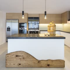 Open Space Paredes de Coura: Cozinhas  por Angelourenzzo - Interior Design