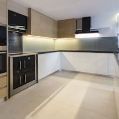 Open Space Paredes de Coura: Cozinhas  por Angelourenzzo - Interior Design,