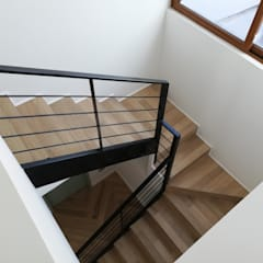 Reconstrucción de Vivienda unifamiliar - Las Condes: Escaleras de estilo  por Remodelaciones Santiago Eirl