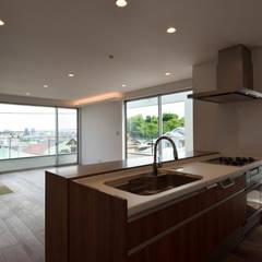 眺望を手に入れること 見晴らしの良いリビングバルコニーのある家 HOUSE-KI: ㈱本井建築研究所一級建築士事務所が手掛けたシステムキッチンです。