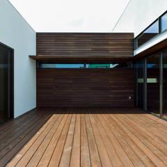 外部空間を感じる豊かさ 4つのバルコニーのある住まい HOUSE-AZ: ㈱本井建築研究所一級建築士事務所が手掛けたベランダです。
