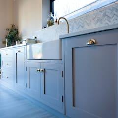 Stunning Cogenhoe Kitchen:  Kitchen units by The White Kitchen Company
