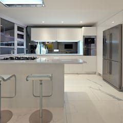 Penthouse The President Bantry Bay:  Built-in kitchens by KMMA architects,