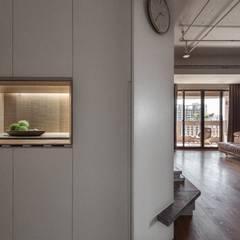 悠然寫意‧樂漫遊:  走廊 & 玄關 by 權相室內裝修設計有限公司