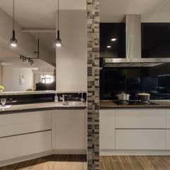 悠然寫意‧樂漫遊:  廚房 by 權相室內裝修設計有限公司
