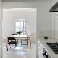 Un cocon de lumière sous les toits: Salle à manger de style  par Atelier Juliette Mogenet