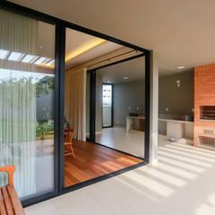 Balcón de estilo  por Lozí - Projeto e Obra,