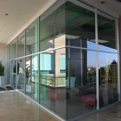 OFICINAS: Edificios de Oficinas de estilo  por vertikal