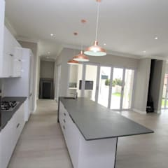 American Colonial House in Rietvlei, Centurion, Pretoria:  Built-in kitchens by Building Project X (Pty) Ltd.,
