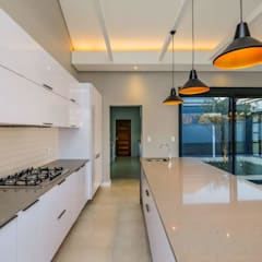 Modern House, Silverlakes area, Pretoria:  Built-in kitchens by Building Project X (Pty) Ltd.,