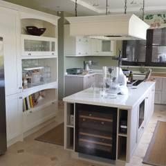 Cocina clásica en madera lacada en Marbella: Cocinas integrales de estilo  de Decodan - Estudio de cocinas y armarios en Estepona y Marbella