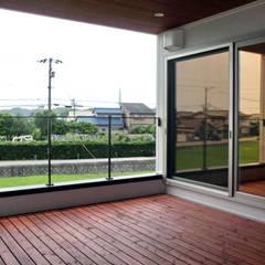 建築家 梶原清悟先生の作品「切り拓く家」: アールプラスハウス 津(株式会社高正工務店)が手掛けたベランダです。