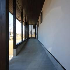 抽斗の家: 田村建築設計工房が手掛けた廊下 & 玄関です。