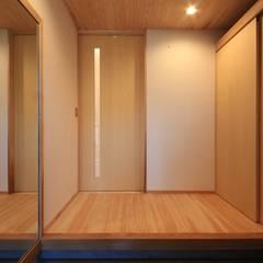 Pasillos y vestíbulos de estilo  por 田村建築設計工房,