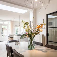 Aanbouw leefkeuken jaren 30 woning:  Eetkamer door Bob Romijnders Architectuur & Interieur,