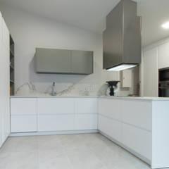 Reforma Interior Vivienda Unifamiliar Santa Bárbara: Módulos de cocina de estilo  de Servei global mesquearquitectura SL
