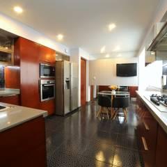 : Cocinas equipadas de estilo  por Mario Ramos,
