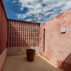 Casa   Kaleidos: Balcón de estilo  por Taller Estilo Arquitectura