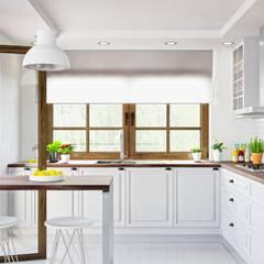 Biała kuchnia może być przytulna! Zwłaszcza z okapem Nomina 80 Sensor: styl , w kategorii Kuchnia zaprojektowany przez GLOBALO MAX