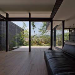 芦屋の家2: エイチ・アンド一級建築士事務所 H& Architects & Associatesが手掛けたリビングです。,