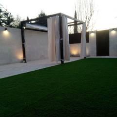 حیاط by Almudena Madrid Interiorismo, diseño y decoración de interiores