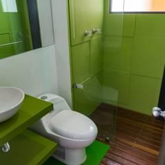 Baños: Baños de estilo  por Camacho Estudio de Arquitectura, Moderno Compuestos de madera y plástico
