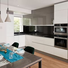 Belgravia Mews House:  Built-in kitchens by Urbanist Architecture