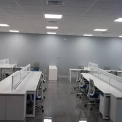 """MOBILIARIO DE OFICINA """"OPERATIVO"""": Oficinas de estilo  por CORPORACION METAL OFFICE SAC"""