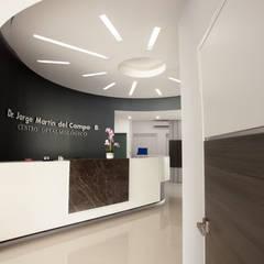 Unidad Medica La Paz: Clínicas / Consultorios Médicos de estilo  por Edgar Fuentes Arquitectos, Moderno Aluminio/Cinc