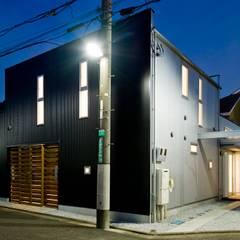 中庭を挟んだ二世帯住宅: 三浦尚人建築設計工房が手掛けた二世帯住宅です。