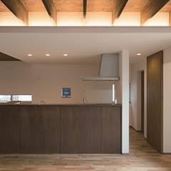 旗竿地のコートハウス: 三浦尚人建築設計工房が手掛けたシステムキッチンです。
