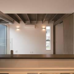 旗竿地のコートハウス: 三浦尚人建築設計工房が手掛けたシステムキッチンです。,モダン 木 木目調