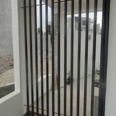 Puertas interiores de estilo  por AVANZA ARQUITECTOS
