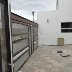 Puertas de entrada de estilo  por AVANZA ARQUITECTOS