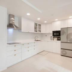 현대적인 고전미가 묻어나는 50평 아파트 인테리어 : 용인 수지구 대우 푸르지오: BK Design Studio의  주방,
