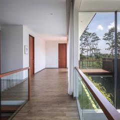 IL House: Koridor dan lorong oleh Rakta Studio, Modern