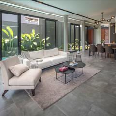 IL House: Ruang Keluarga oleh Rakta Studio,