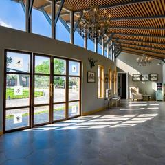 LAHARASA:  Corridor & hallway by H & A Consultants,