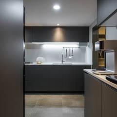 舊屋翻新帶有現代人文風的樓中樓:  置入式廚房 by 竹村空間 Zhucun Design