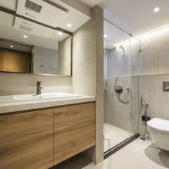 舊屋翻新帶有現代人文風的樓中樓:  浴室 by 竹村空間 Zhucun Design