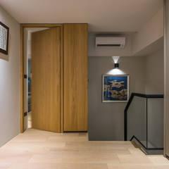 舊屋翻新帶有現代人文風的樓中樓:  樓梯 by 竹村空間 Zhucun Design