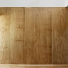 Closets de estilo  por arriba architects,