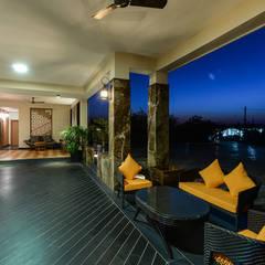 HOLIDAY HOME:  Corridor & hallway by KR Associates,
