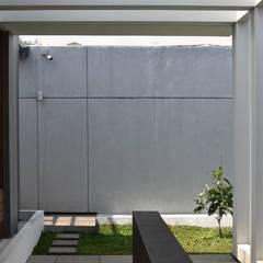 Q-House: Teras oleh CV Berkat Estetika, Tropis Beton