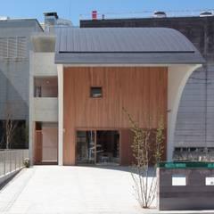 酒屋あだち あだち珈琲店 併用住宅: 長谷守保 建築計画が手掛けたレストランです。
